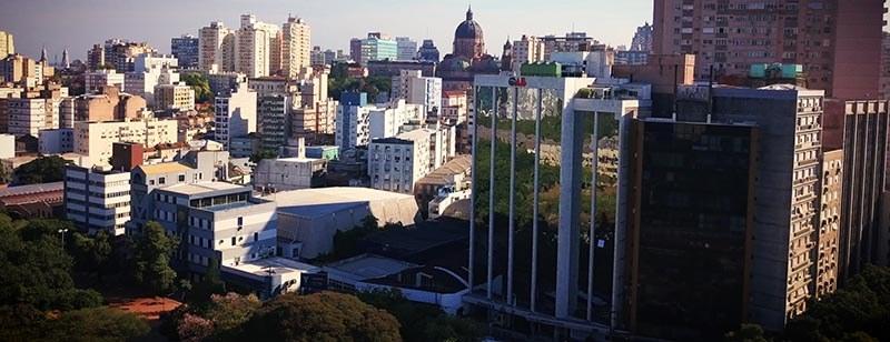 Cena aérea de Porto Alegre, prédio da Ordem dos Advogados do Brasil, Rio Grande do Sul. Imagem do filme institucional OAB/RS produzido pela Cinematográfica
