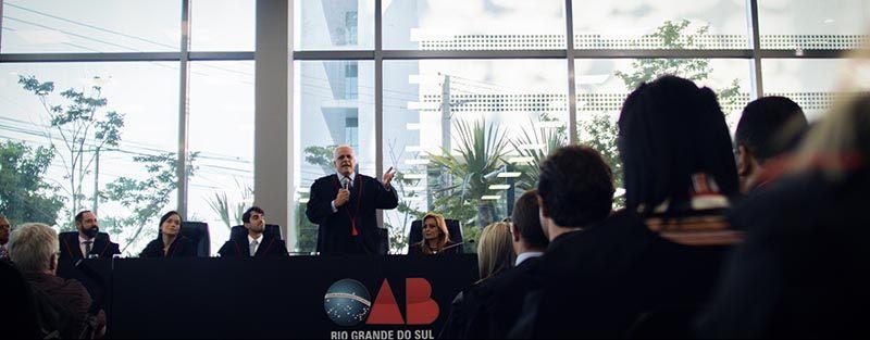 Presidente da OAB/RS Ricardo Breier discursa em cerimônia. Imagem do filme institucional OAB/RS produzido pela Cinematográfica.